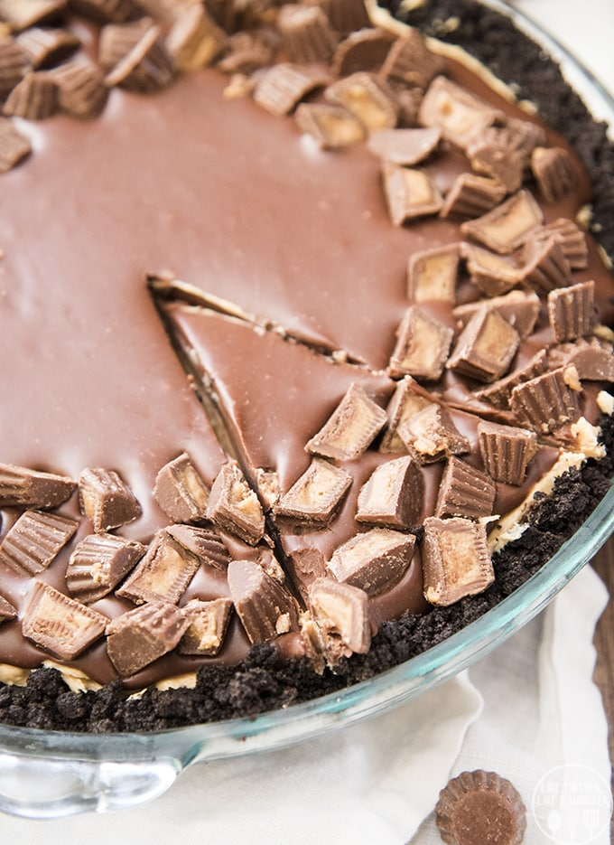 No Bake Peanut Butter Pie is a delicious no bake dessert, with an oreo crust, and creamy peanut butter filling, all topped with a rich chocolate ganache and peanut butter cups!