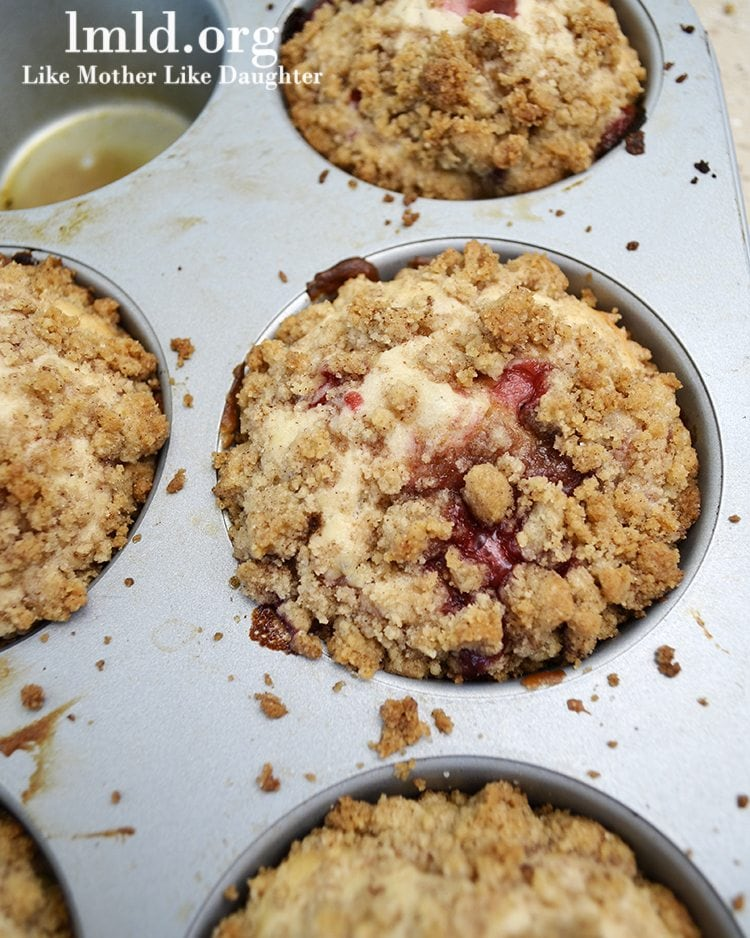 Bakery Style Strawberry Muffins are sweet, moist, and big strawberry muffins topped with a delicious cinnamon streusel crumb topping.