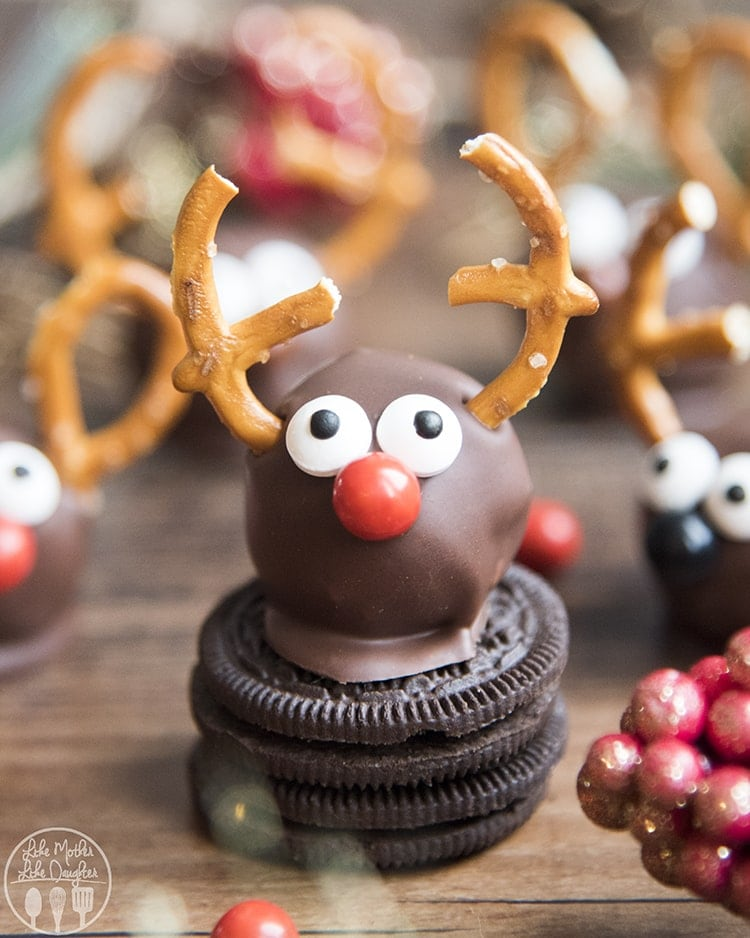 Reindeer Oreo Balls are such a cute and fun Christmas treat. Oreo truffles dipped in chocolate and made to look like Reindeer!