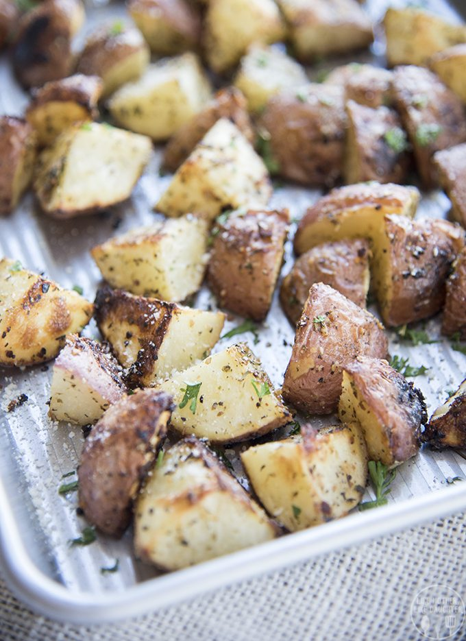 These garlic parmesan oven roasted potatoes are the perfect 30 minute ...